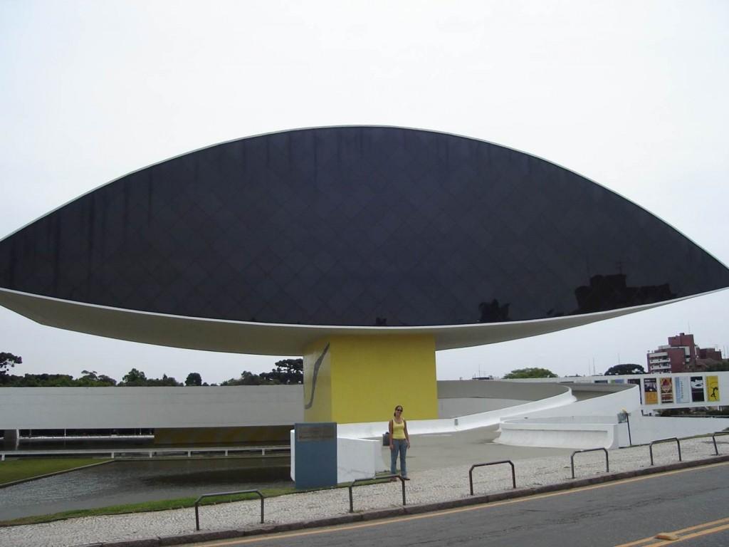 """O """"olho"""" de vidro e concreto que é um dos dois prédios do Museu Oscar Niemeyer. Foto: Marcelle Ribeiro"""
