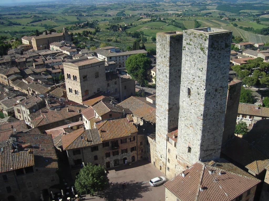 Algumas das torres de San Gimignano, com o verde da Toscana ao fundo. Foto: Marcelle Ribeiro