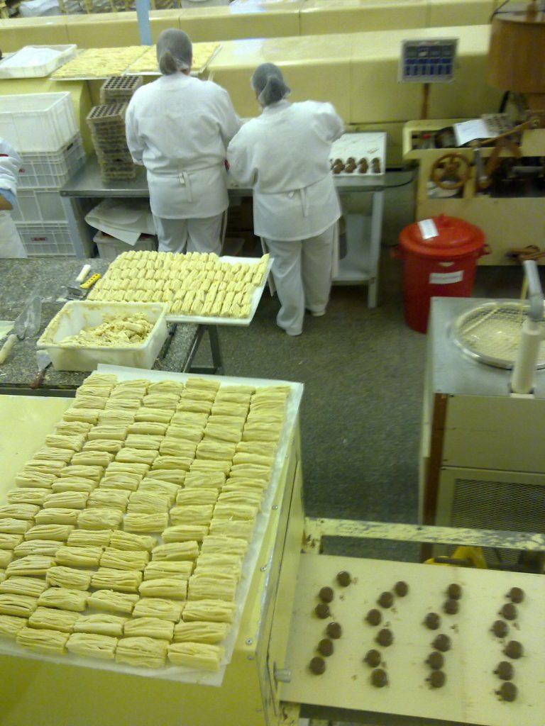 Bombons de chocolate entrando na máquina de esfriar. Foto: Marcelle Ribeiro