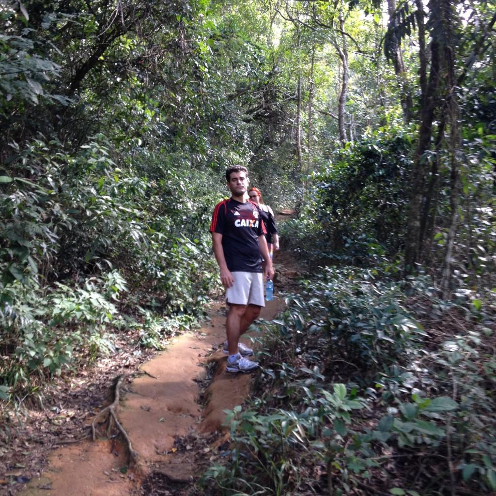 Maridão flamenguista no início da trilha. Foto: Marcelle Ribeiro