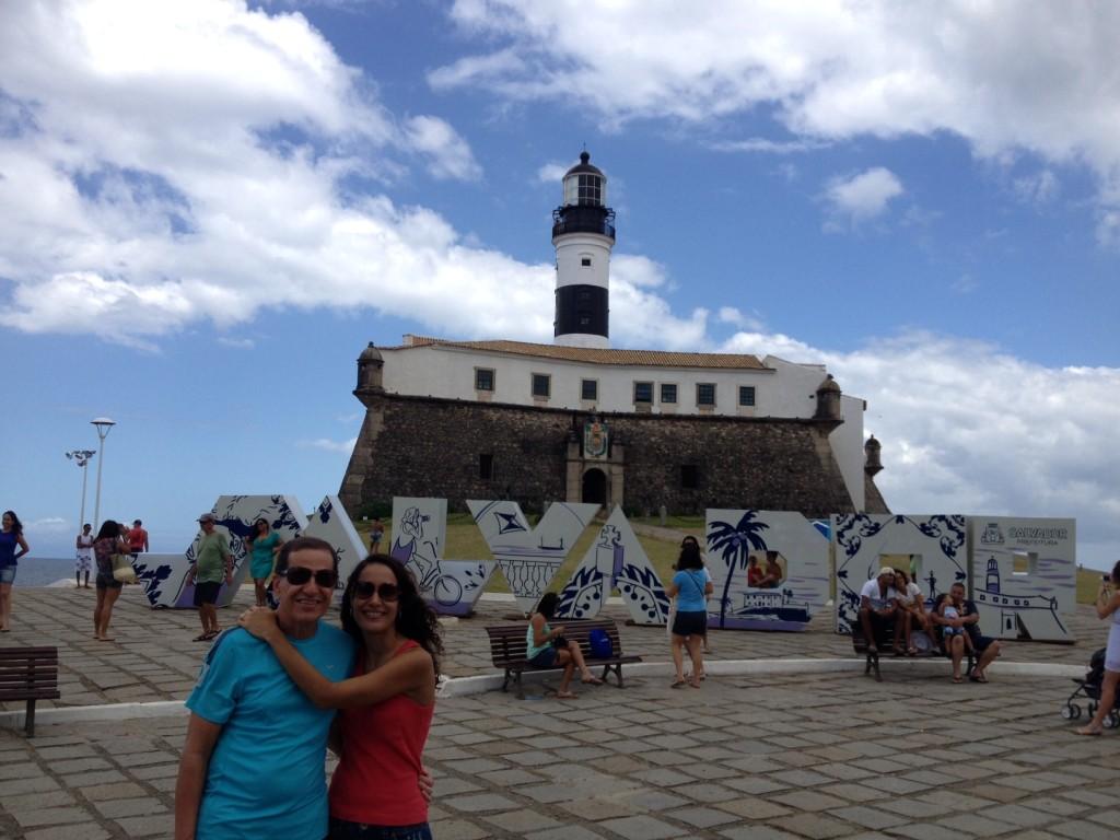 Eu e meu paizão no Farol da Barra. Foto: Caio Ribeiro