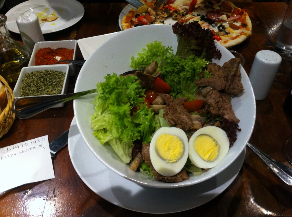 Salada com carne no La Pizza Nostra. Foto: Adelia Ribeiro