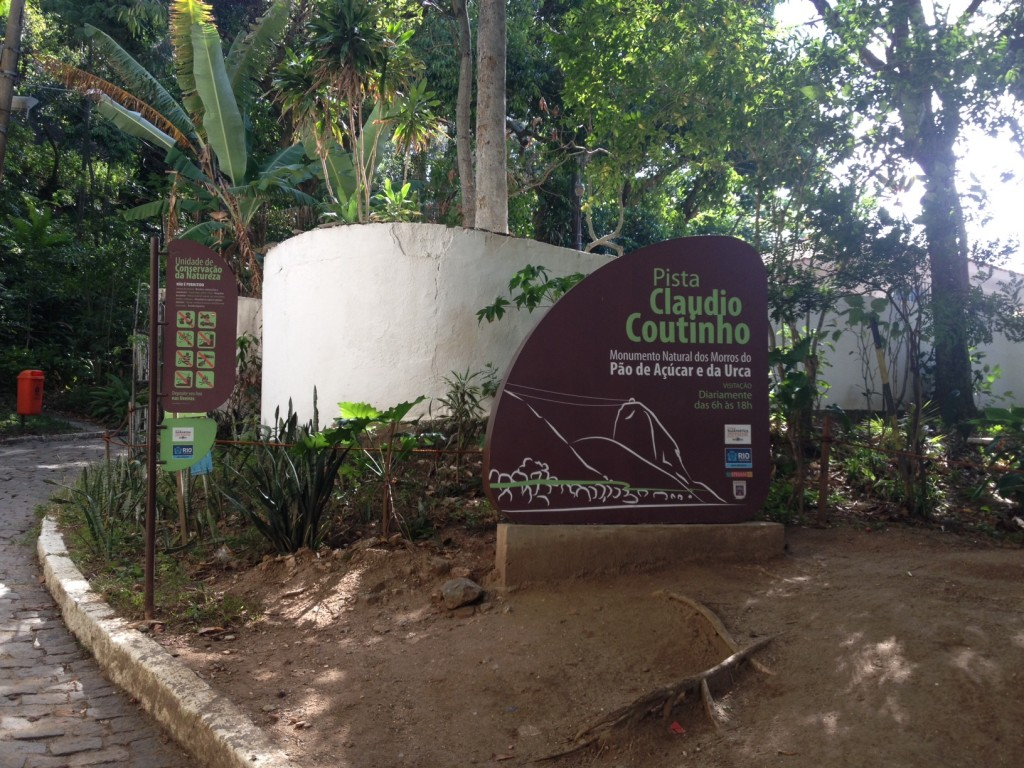 A entrada para a trilha fica dentro da pista Cláudio Coutinho. Foto: Marcelle Ribeiro