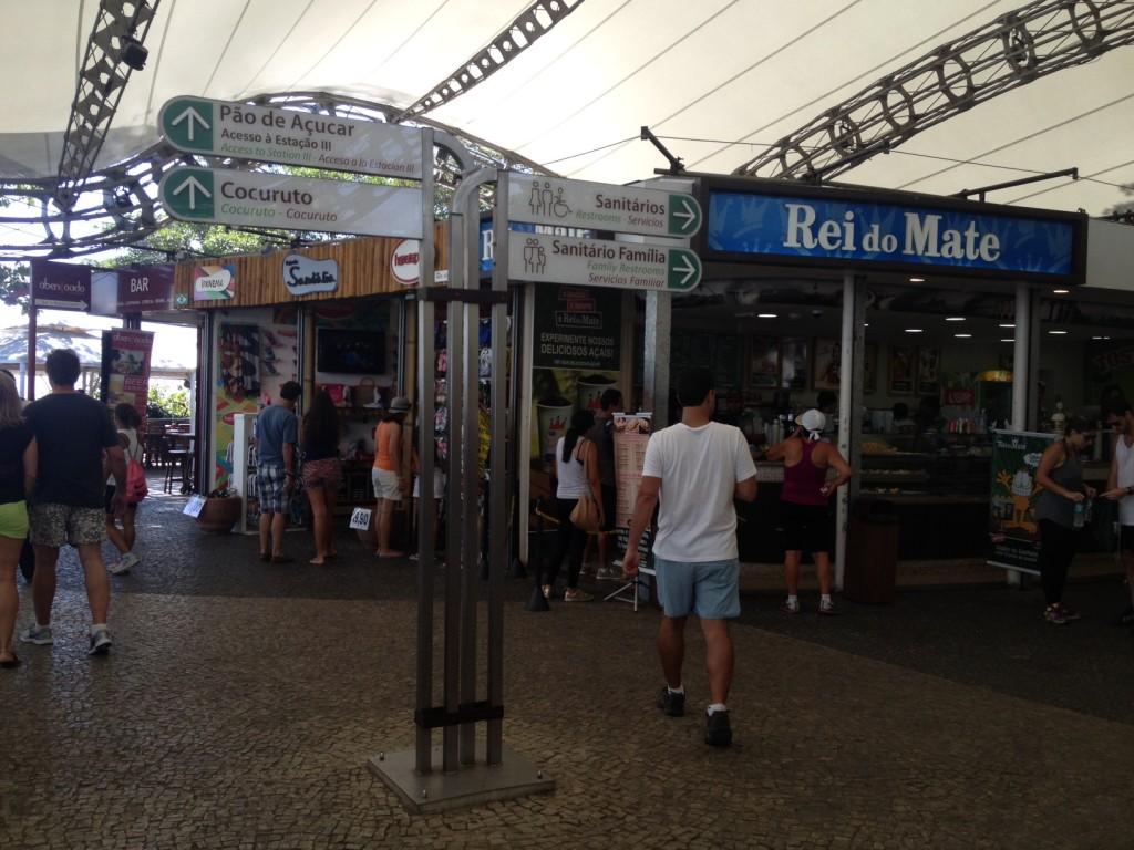 A praça de alimentação no Morro da Urca é um ponto para descansar depois da trilha. Foto: Marcelle Ribeiro