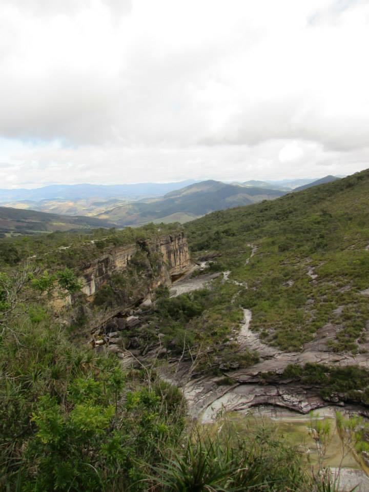 Trilha pela falésia acima e pelo rio à direita. Foto: Lygia Freitas.