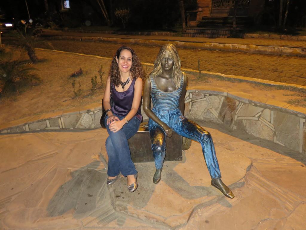 Com a estátua de Brigitte Bardot. Foto: Guilherme Calil