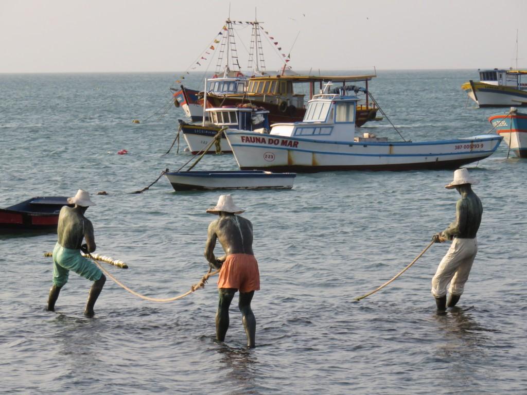 Estátua de pescadores na Orla Bardot, em Búzios. Foto: Marcelle Ribeiro