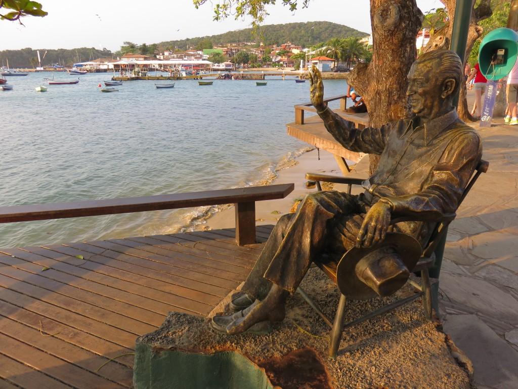 Estátua de JK na Orla Bardot, em Búzios. Foto: Marcelle Ribeiro