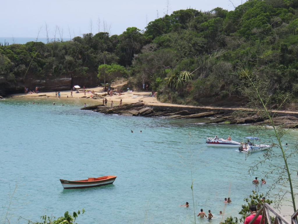 Lanchas na Praia de Azeda e faixa de areia de Azedinha, em Búzios. Foto: Marcelle Ribeiro