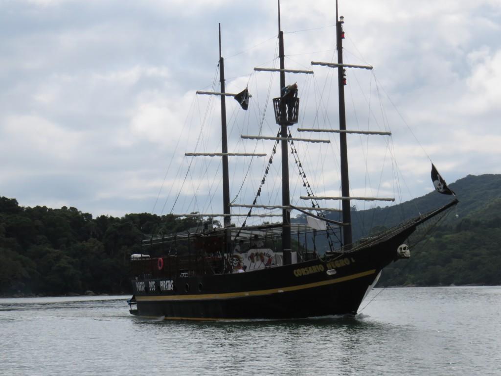 Barco pirata que leva à ilha de Porto Belo. Foto: Marcelle Ribeiro.