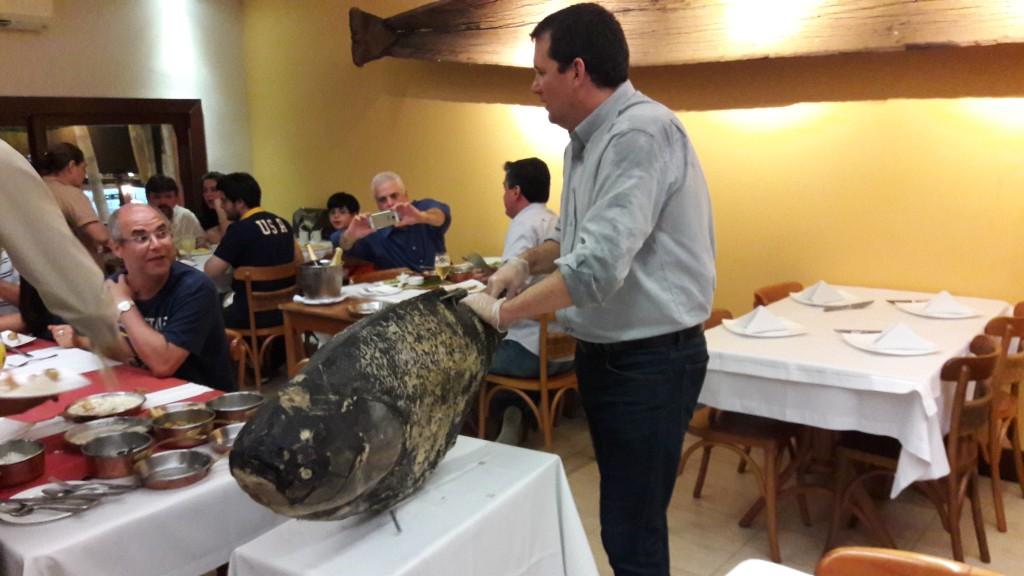 No meio do jantar, um peixão aparece no salão. Foto: Marcelle Ribeiro.