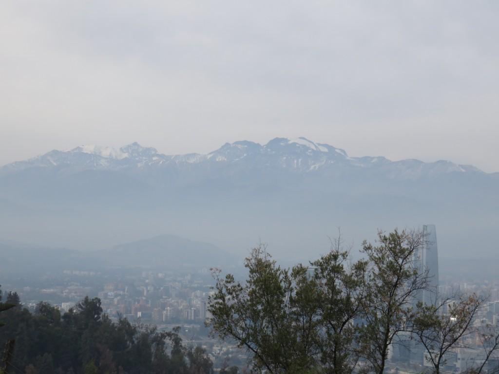A Cordilheira dos Andes com neve vista do Parque Metropolitano. Foto: Marcelle Ribeiro.
