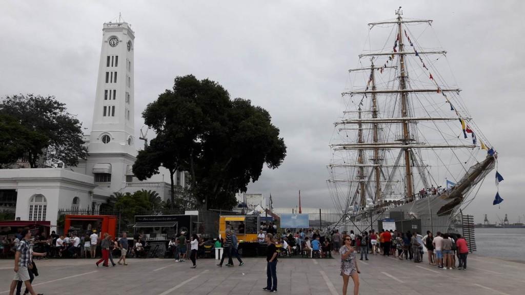 Food Trucks e navio na Praça Mauá. Foto: Marcelle Ribeiro.
