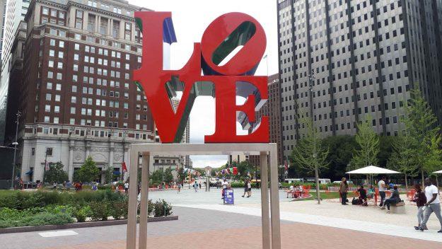 """Escultura """"Love"""" no centro da praça na Filadélfia."""
