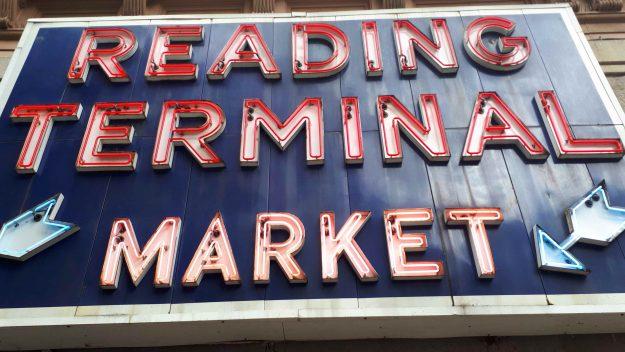 Letreiro clássico do Reading Terminal Market.