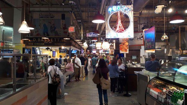Corredores do Reading Terminal Market cheios de lojas.